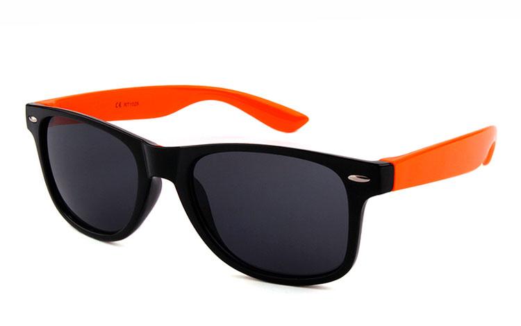 Sort wayfarer solbrille med orange stænger