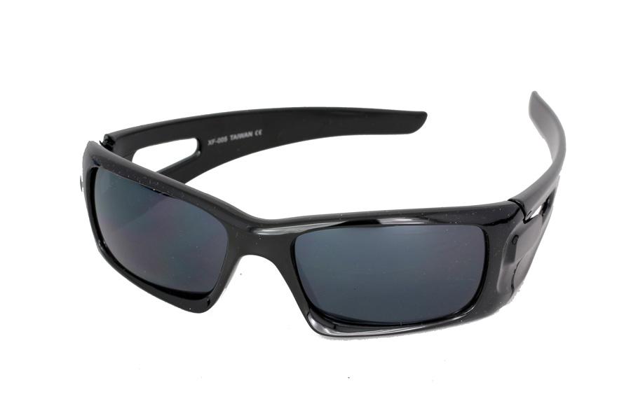 Sort solbrille til mænd i enkelt og råt design.