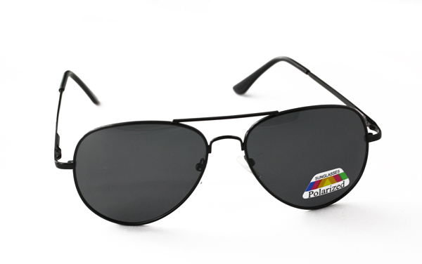Polaroid pilot / aviator solbrille i klassisk sort design.